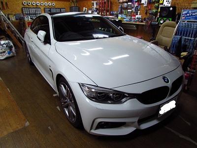 白には似合いますね~BMW4シリーズルーフラッピング&スモークテール!