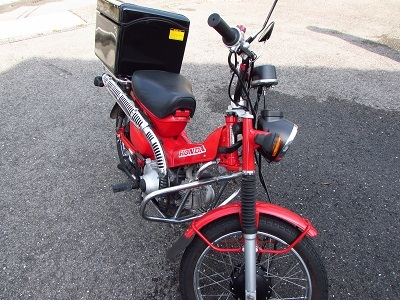 こだわりバイク!ホンダCT100ハンターカブのラゲージBOXにレーシングストライプ。